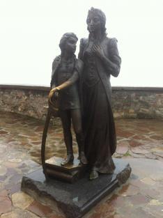 Zrínyi Ilona és a kis II. Rákóczi Ferenc szobra a munkácsi vár Lorántffy-bástyáján