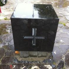 A vérszerződésre emlékeztető oltárkő