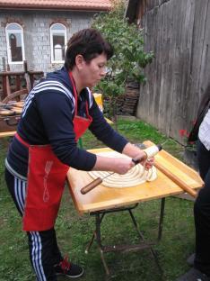 Készül a kürtőskalács