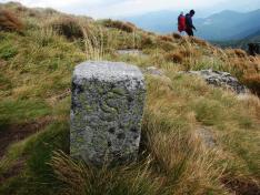 Lefelé a Hó-várról  (Hoverla) az ezeréves határt jelző kővel