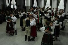 A tánc végén megölelik párjukat és megemelik - így köszönve meg a táncot