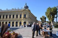 A régi hotel előtt van a magyar stand