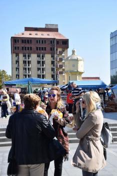 Etno Vásár a város főterén, háttérben a régi világítótorony és a Hotel Dunav szellemépülete