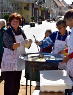Jakumetovic Rozália, az egyesület vezetője és mentorom nyújtja a tésztát