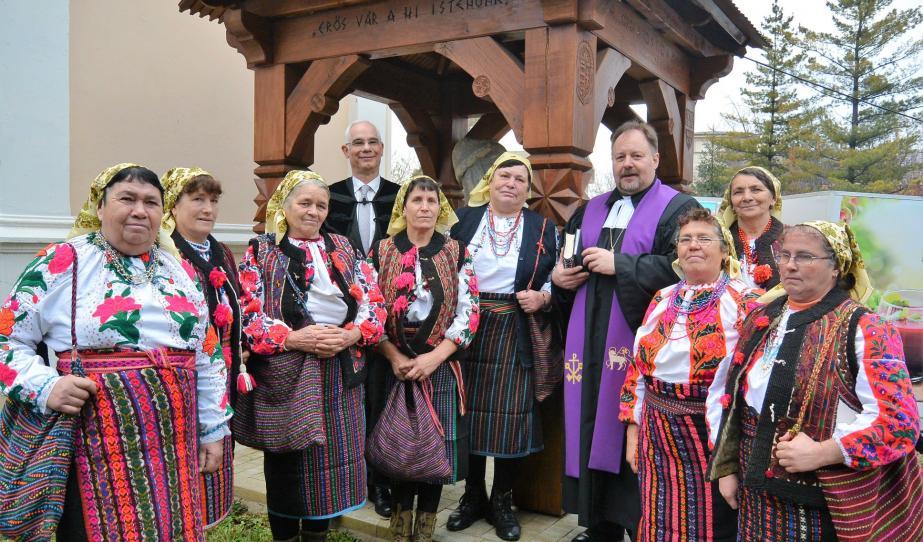 A miniszteri biztos és a püspök társaságában