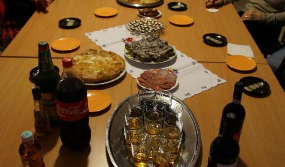 """""""Batyubál"""" a csütörtöki előadás előtt - mi hungarikumokat hoztunk, a Teleház tagok macedón klasszikusokat"""