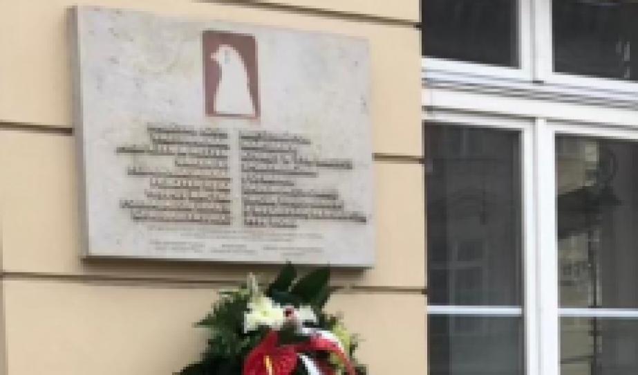 Koszorúzás a Könnyező békegalamb emlékműnél 1956