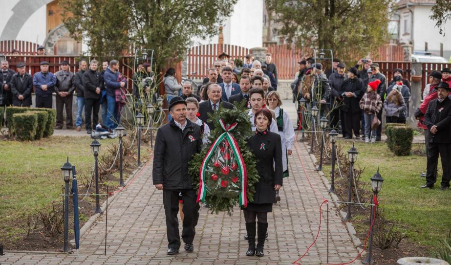 Koszorúzók sora a fehéregyházi Petőfi Múzeum kertjében