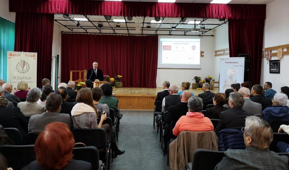 Tóth Tivadar, Segesvár alpolgármestere, köszöntő beszédet mond