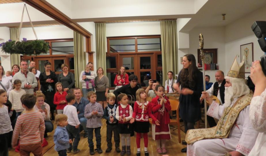 A gyerekek énekkel köszöntik a Mikulást