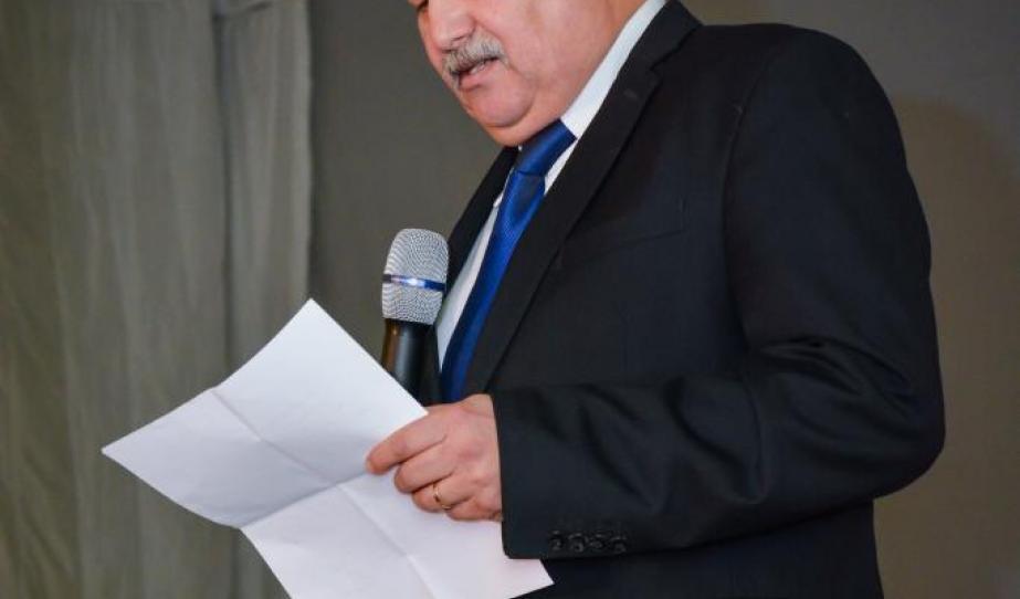 Dr. Balázs Béla, a Szeben Megyei RMDSZ elnöke köszöntő beszédet mond