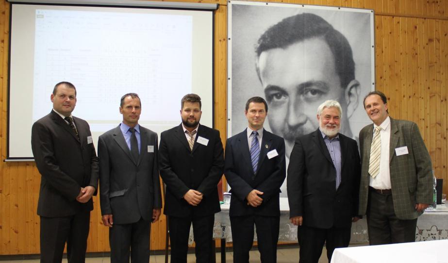 A versenybizottság tagjai (balról jobbra): dr. Csámpai Ottó, Zsélyi Zoltán, Kiss Márton, Kukor Ferenc, Dr. Molnár Imre, dr. Hajtman Béla