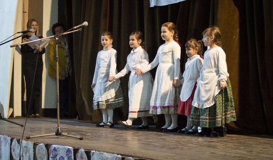 A sándoregyházi magyar kislányok fellépése