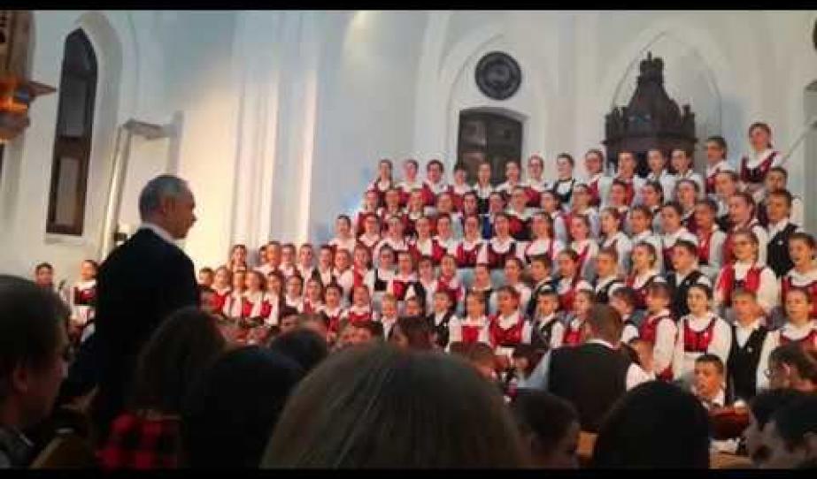 A Szentegyházi Gyermekfilharmónia adventi hangversenye Szászrégenben