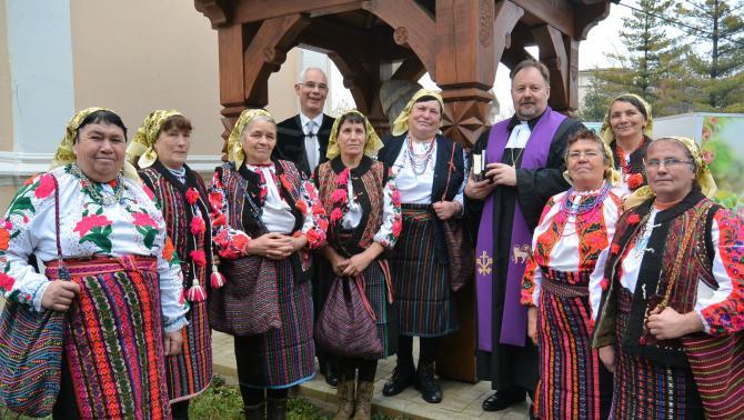 Miniszteri biztosi és püspöki társaságban a pokolpataki csángómagyar asszonyok