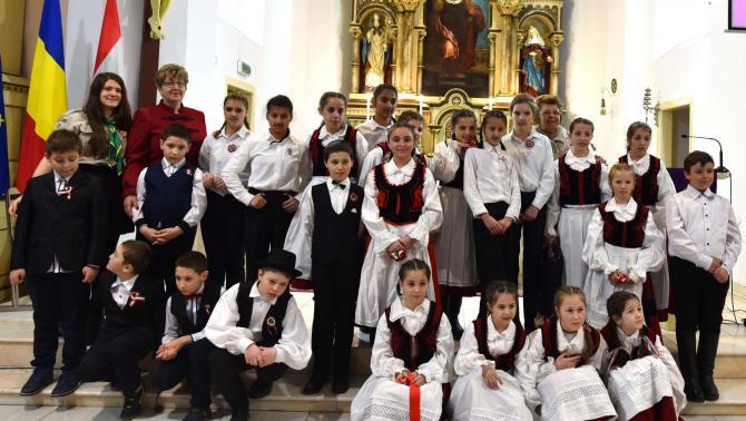A petrozsényi magyar gyerekek és felkészítő tanáraik