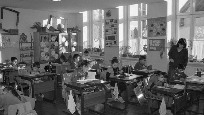 Betfalvi kisiskolások tanórán - Ilford Pan 400