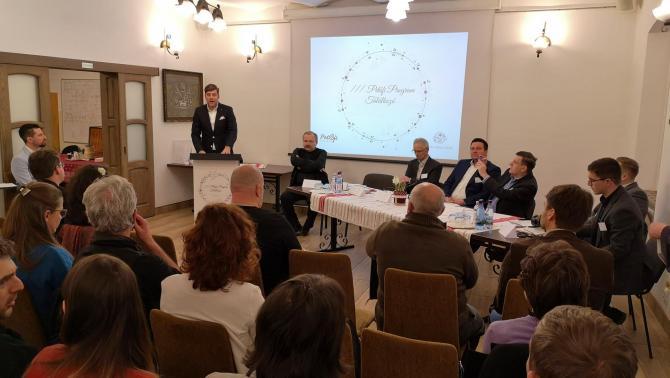 Szilágyi Péter, a Miniszterelnökség nemzetpolitikáért felelős miniszteri biztosa, köszöntő beszédét tartja