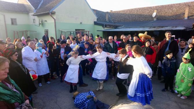 Kevevári gyerekek előadása Ilyés temetésén
