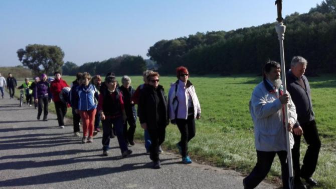Gyalogos zarándokok egy csoportja