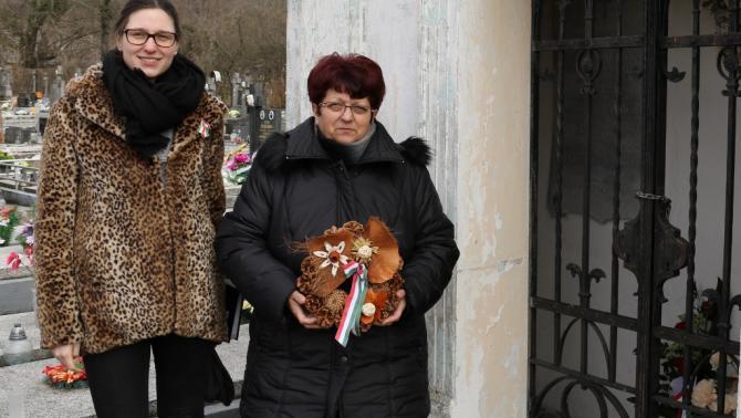Fekete Mártával a beckói temetőben Dubniczky András kriptájánál