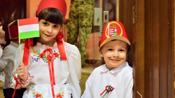 Magyar menyecske és a huszár