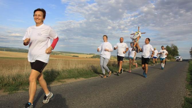 Futás közben is magukkal vitték a településről-településre nehezebb keresztet