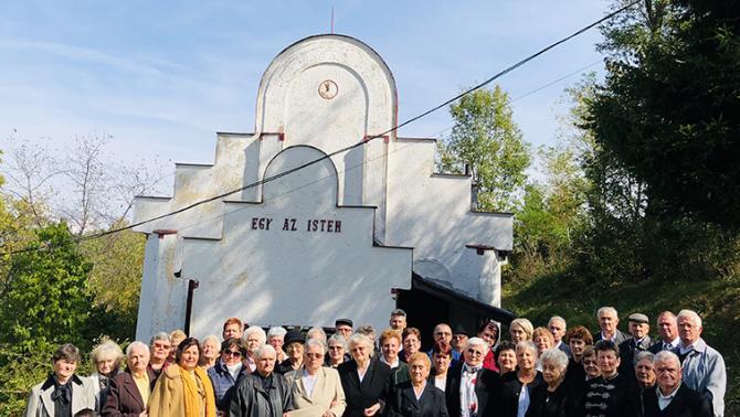 Az istentisztelet után a templom udvarán