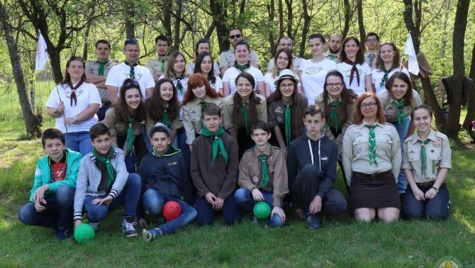 A hétvége csoportképe: elől a vezetőképző táborba indulók, középen fehér pólóban a felnőttek, s hátul a kiképzők (trénerek)