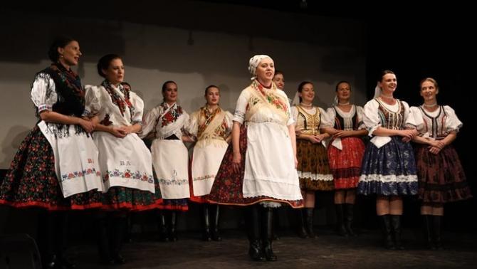 A Nyitnikék és a Šarvanci hölgyeinek közös produkciója