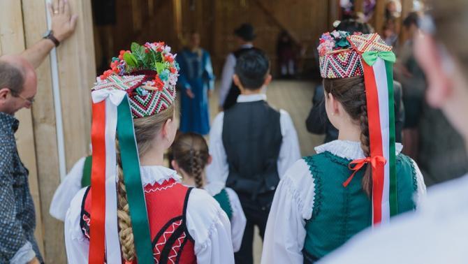 Magyarlapádon tánccal is kedveskedtek a vendégeknek, édesanyáknak
