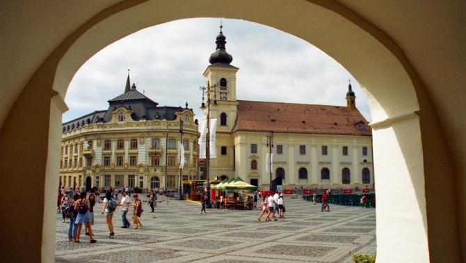 Nagyszeben történelmi főtere a Városházával és a Szentháromság-plébániatemplommal