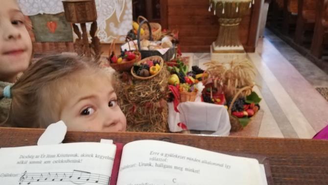 Gyermek a halmágyi hálaadó istentiszteleten.