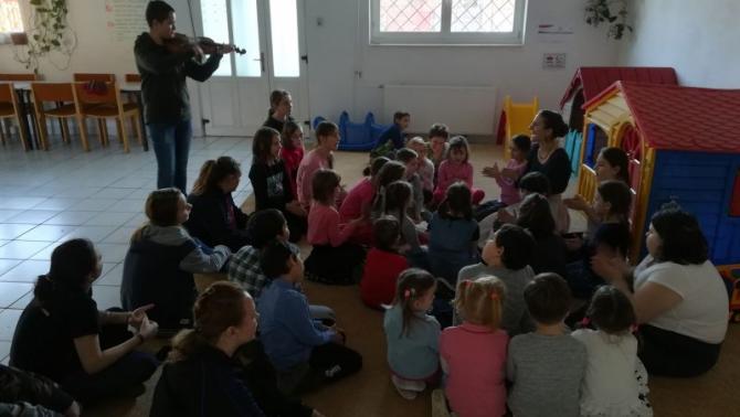 Nagymohai dal tanulás élő  zenei kísérettel a Kőhalmi néptáncórán