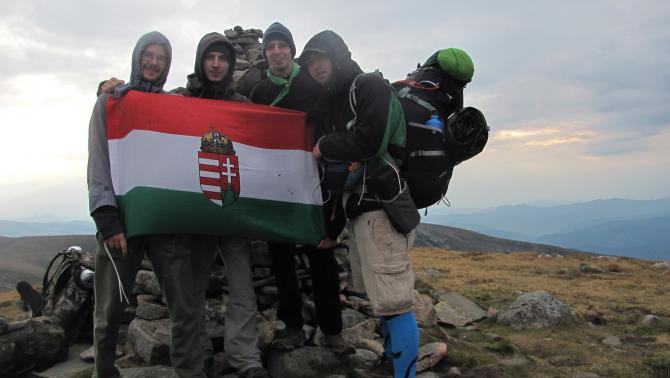 A csapat magyar zászlóval (Kökörnyines/Brebeneszkul, 2035m)